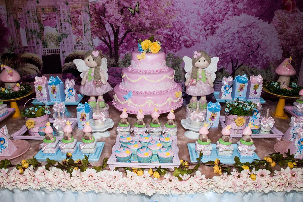 detalhes da mesa com bolo temático