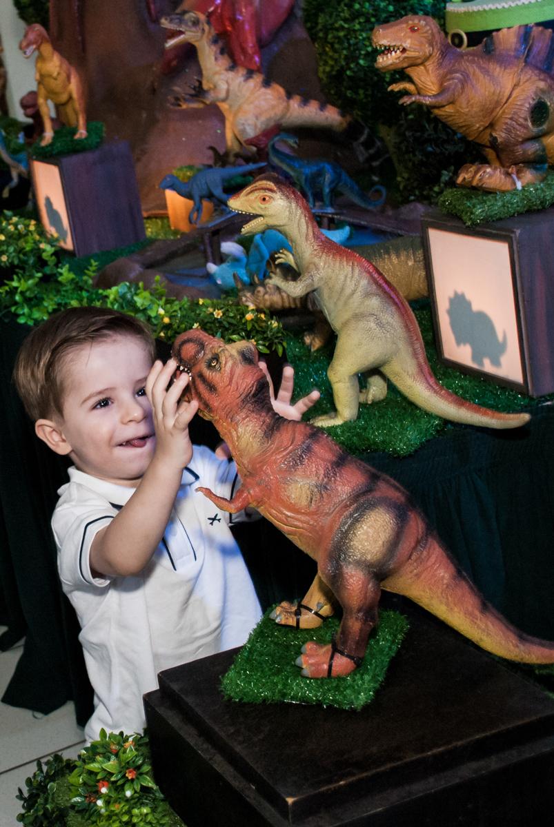 brincando com o dinossauro da mesa
