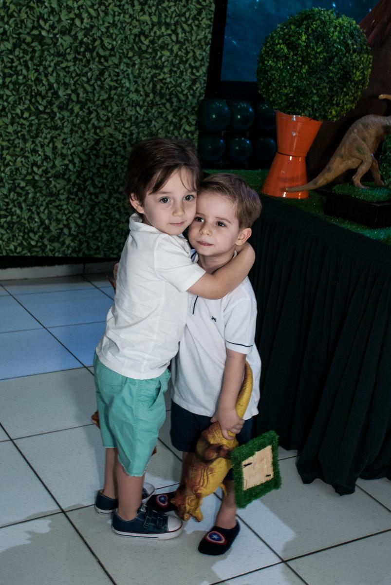 recebendo o amigo para a festa com abraço