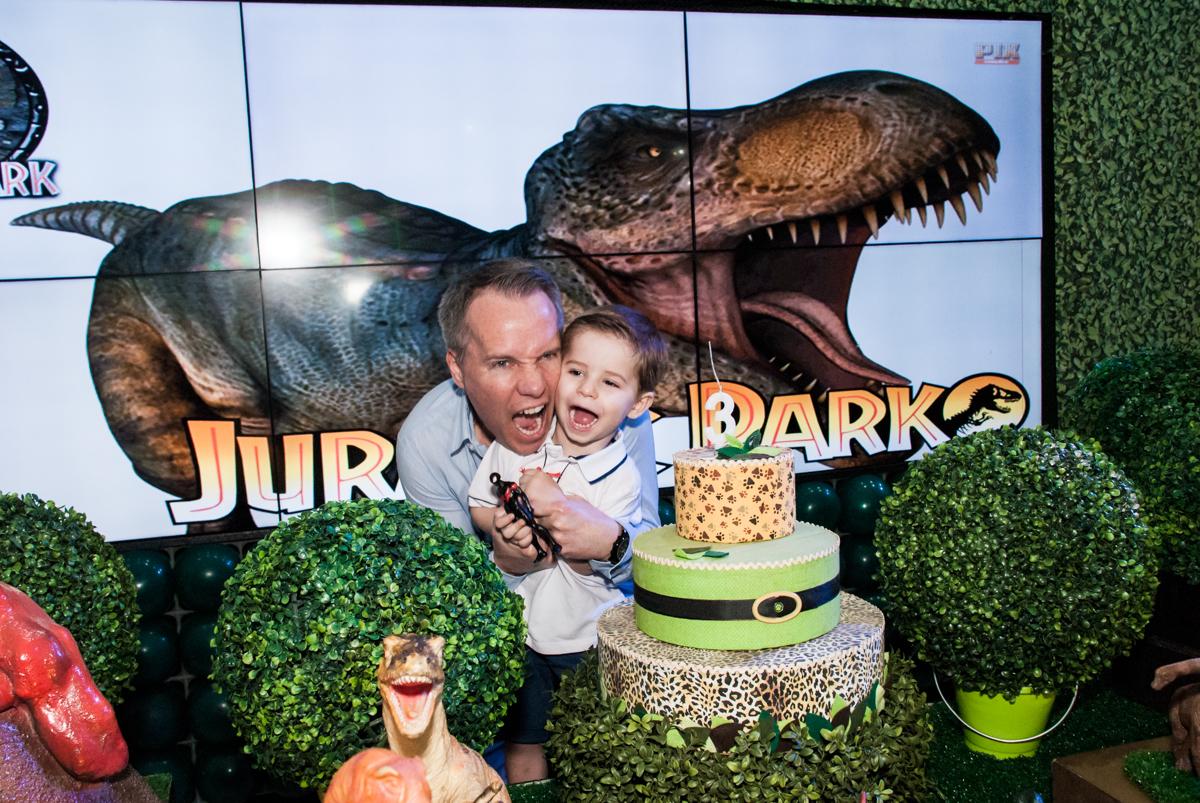 papai também imita Gabriel fazendo o barulho dos dinossauros