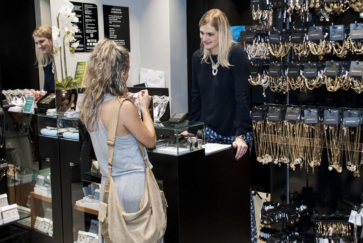fazendo compra de  semo jóias na loja morana
