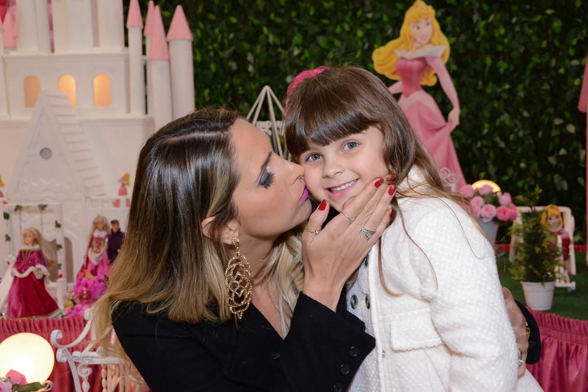 Fotografia da mãe beijando a aniversariante Buffet Comics São Paulo SP