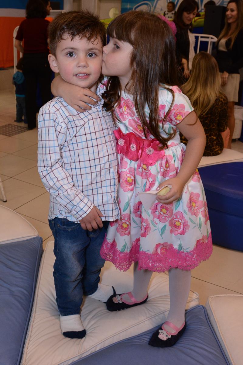 Fotografia da aniversariante beijando amiguinho Buffet Comics São Paulo SP
