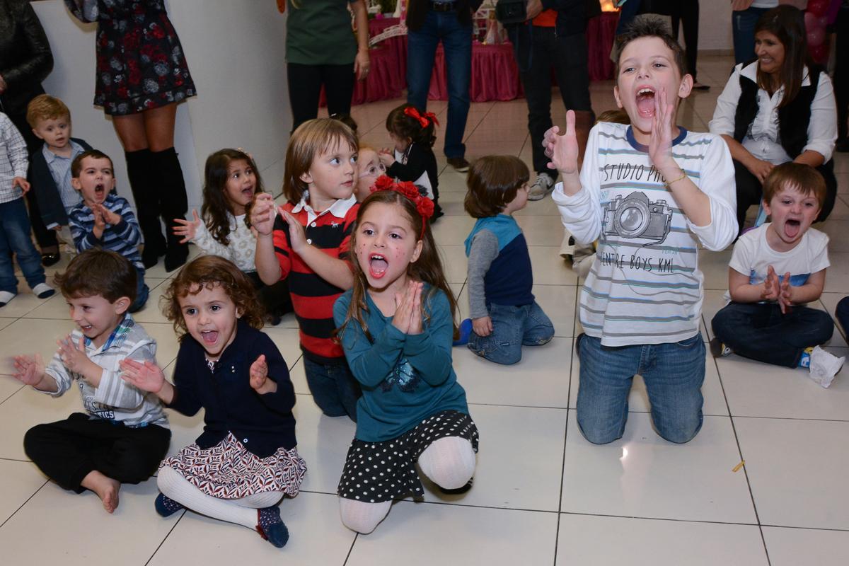 Fotografia das crianças no show Buffet Comics São Paulo SP