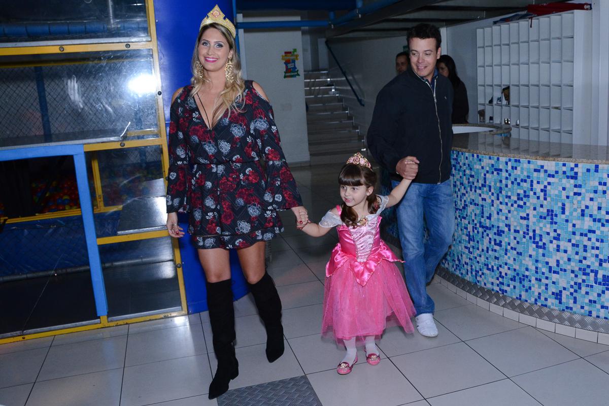 A família entrando para o Parabéns da Marcella, Buffet Comics, São Paulo - SP