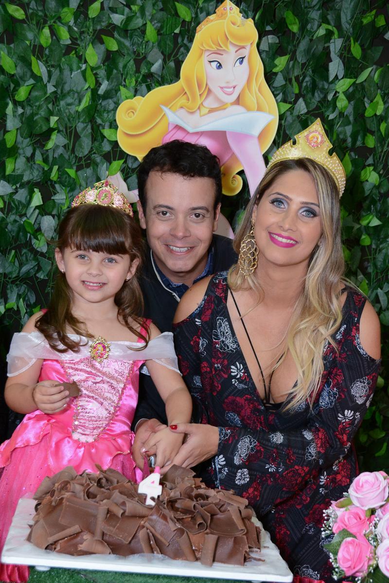 Fotografia da família na mesa do parabéns, Buffet Comics, São Paulo-SP