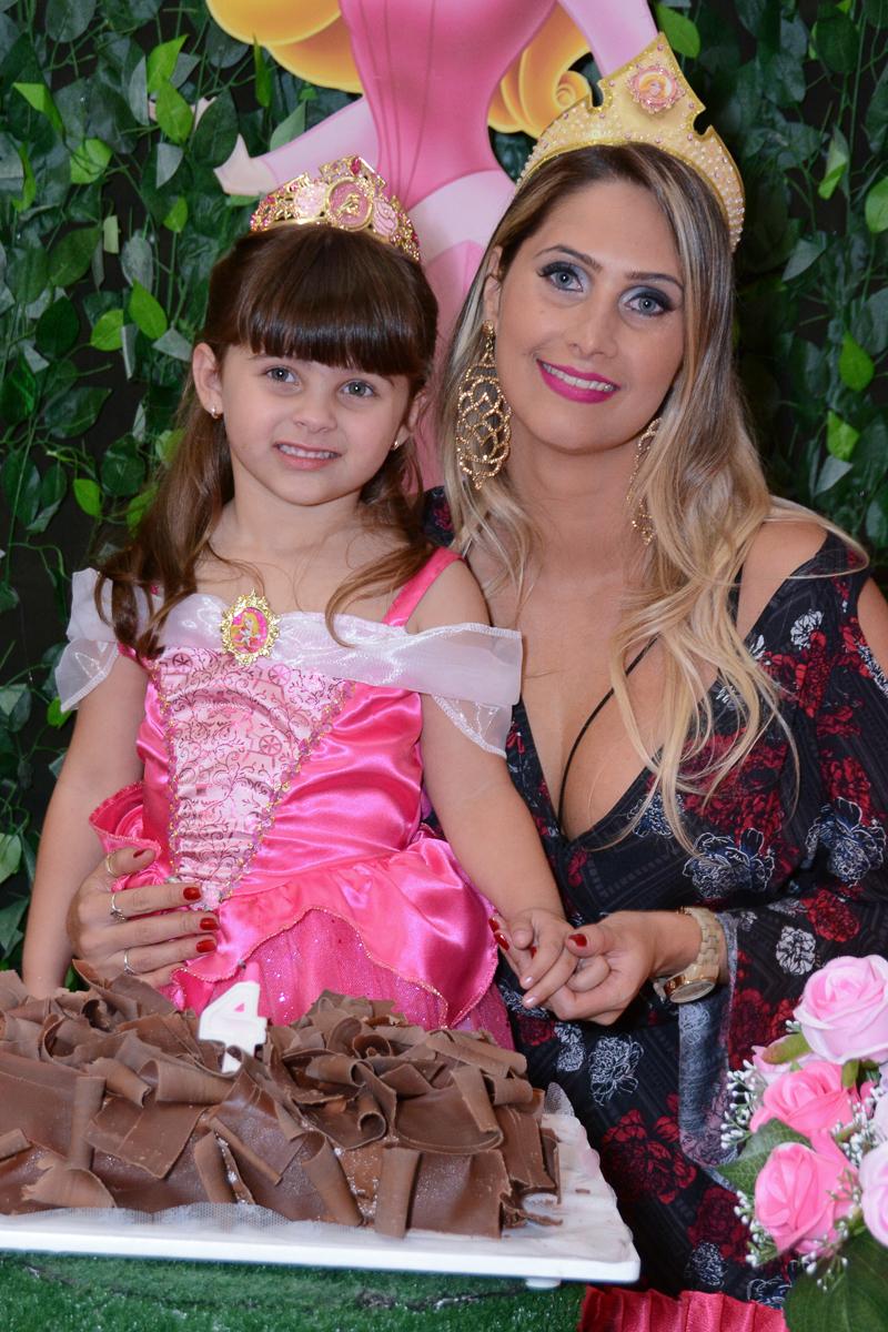 Marcella com a mãe na mesa do parabéns, Buffet Comics, São Paulo SP