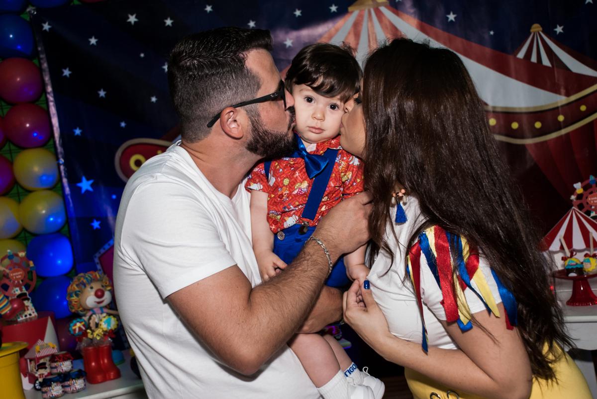 Gustavo ganha beijo dos pais