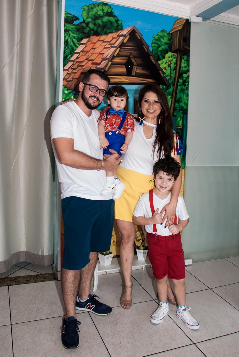 entrada da família para a festa do Gustavo