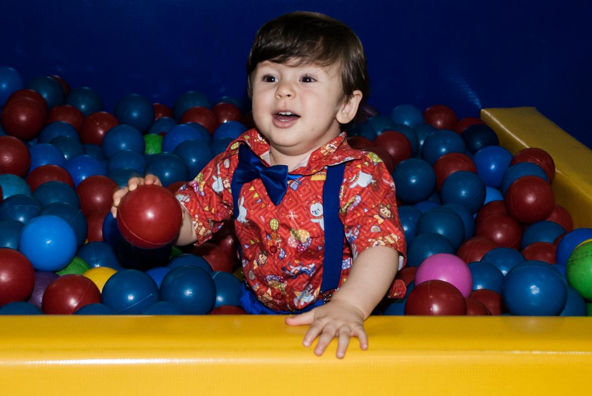 O aniversariante brinca na piscina de bolinhas