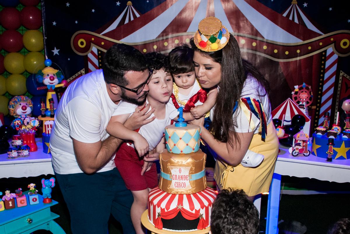 final da festa sorando a vela do bolo