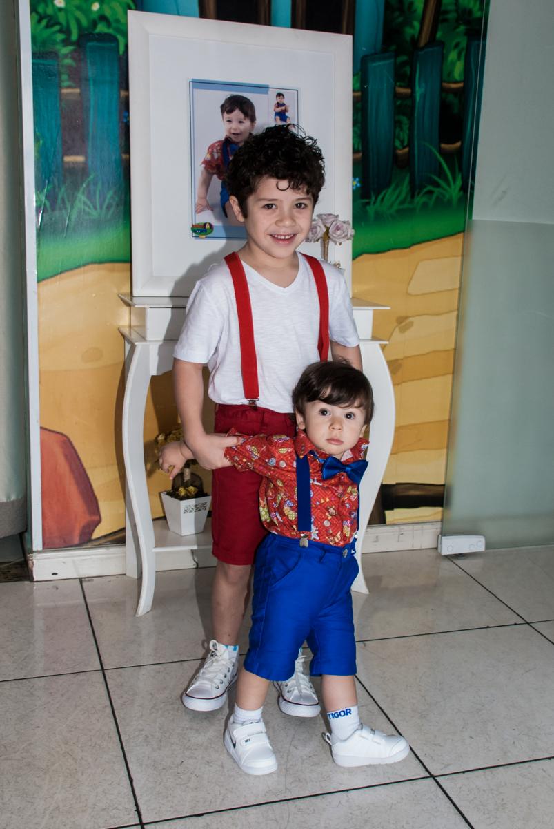 Os irmãos posam para a foto