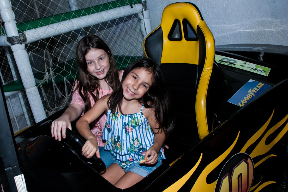 posando para a foto no simulador de corridas