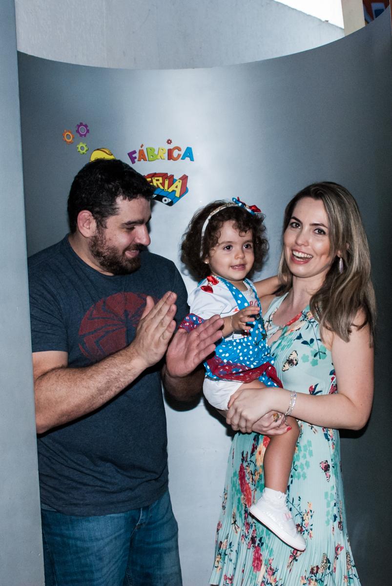 A família saindo da máquina do parabéns