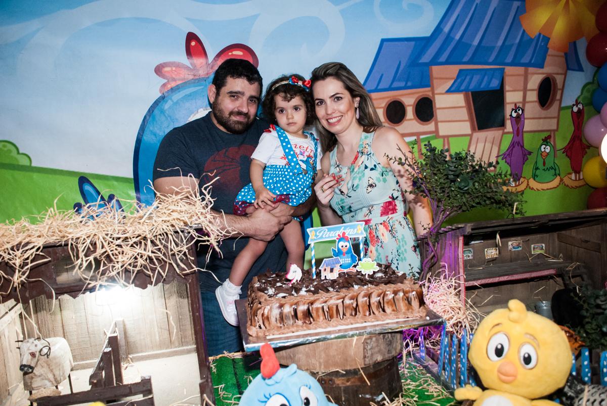 família posa para a foto na mesa do parabéns