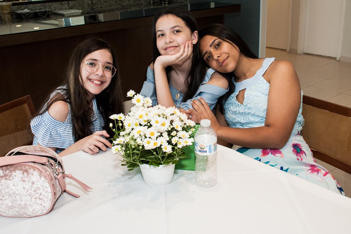 A irmã faz foto com as amigas