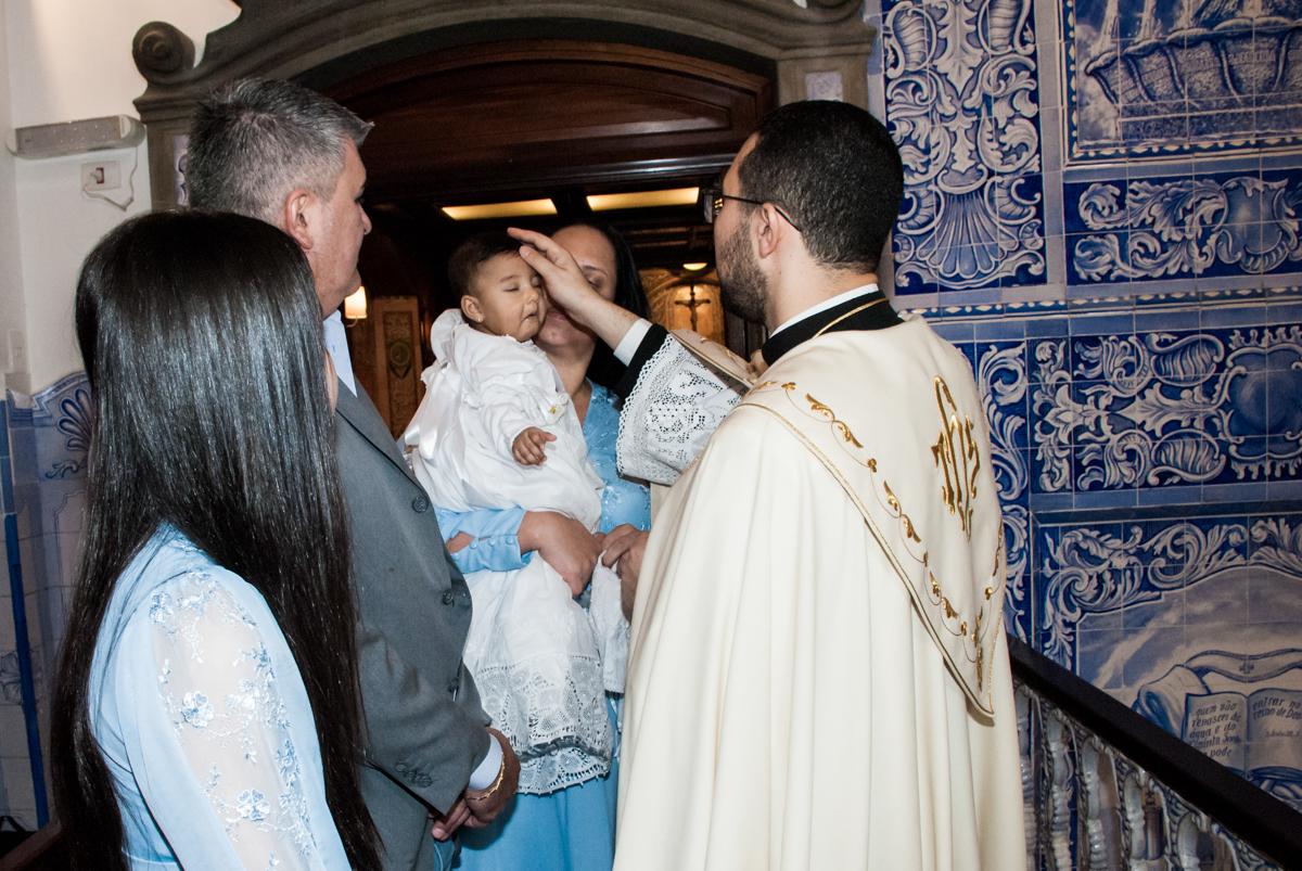 cerimônia de unção da testa no batizado