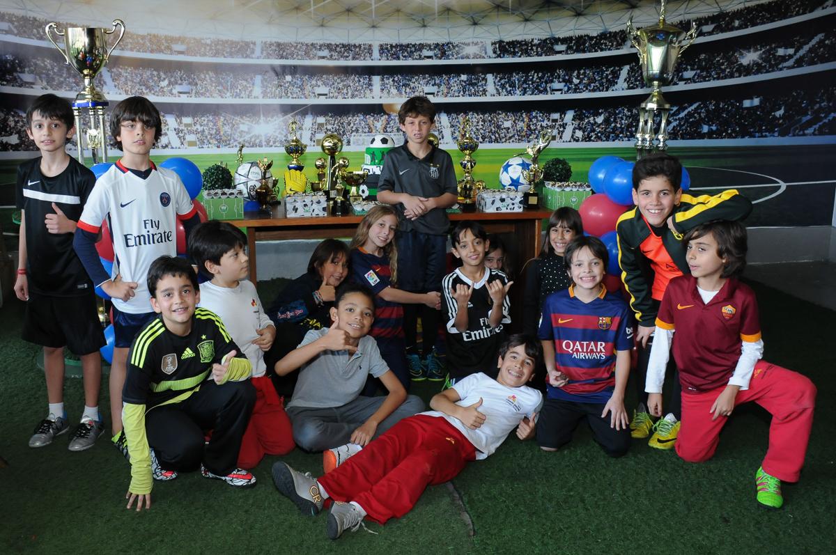 fotografia das crianças no campo de futebol do Buffet High Soccer