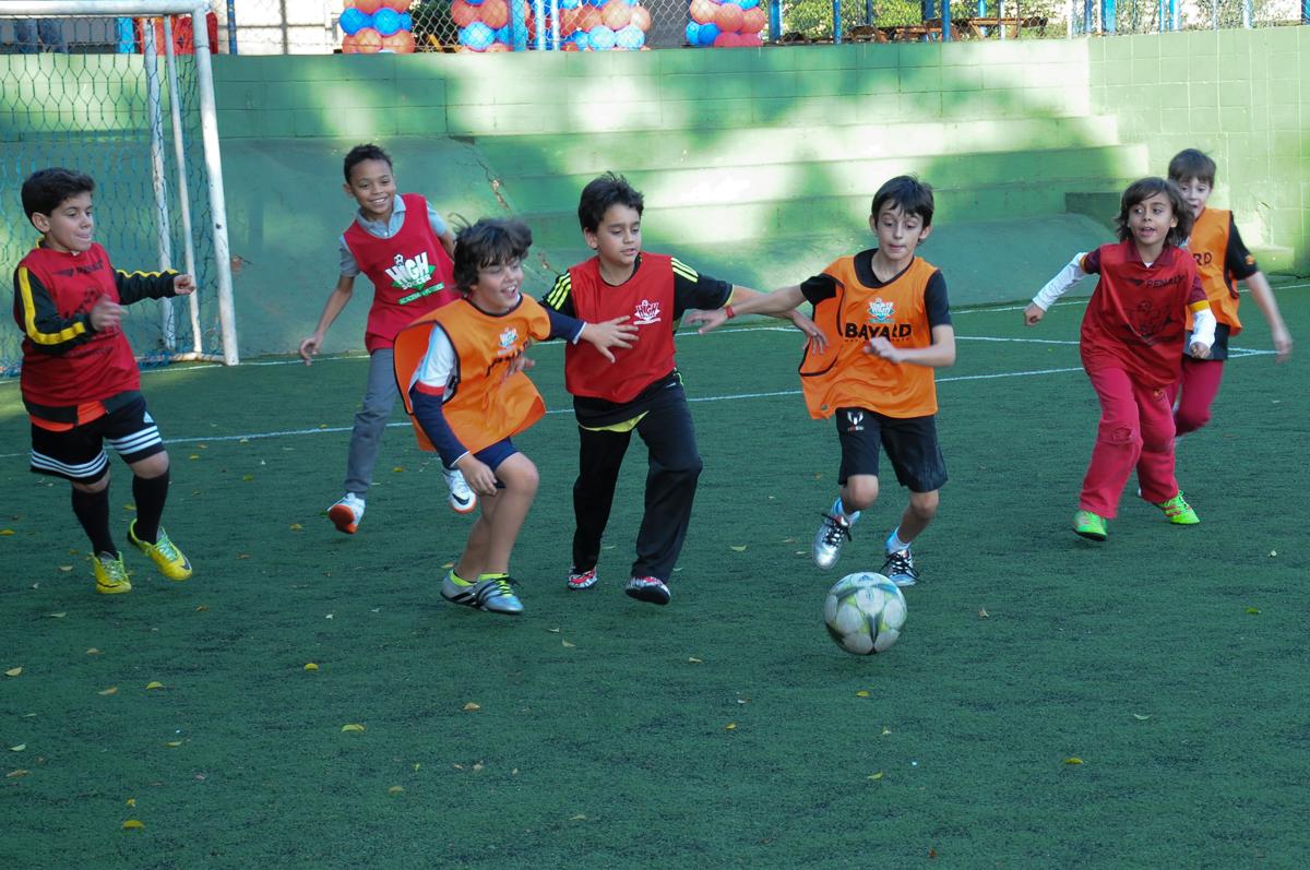 Fotografia dos jogadores no campo de futebol do Buffet High Soccer