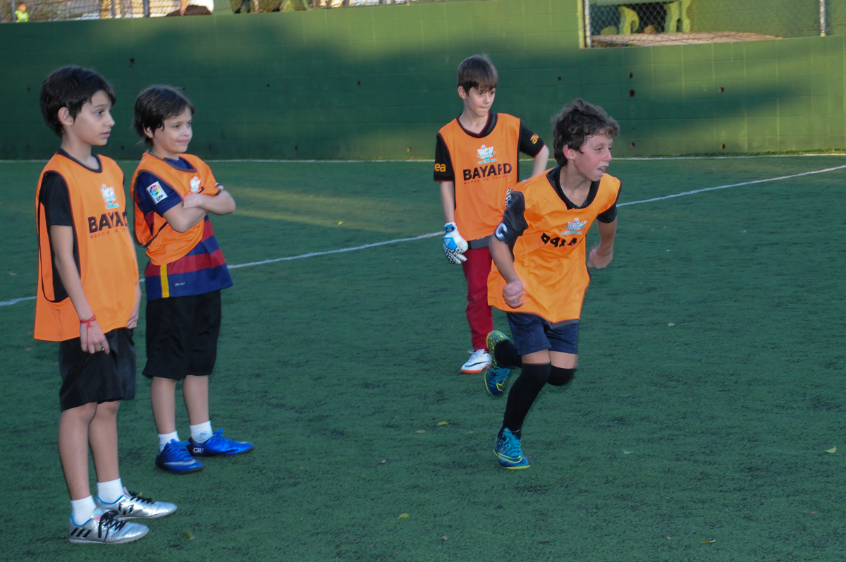 Fotografia de jogada de crianças no campo de futebol no High Soccer
