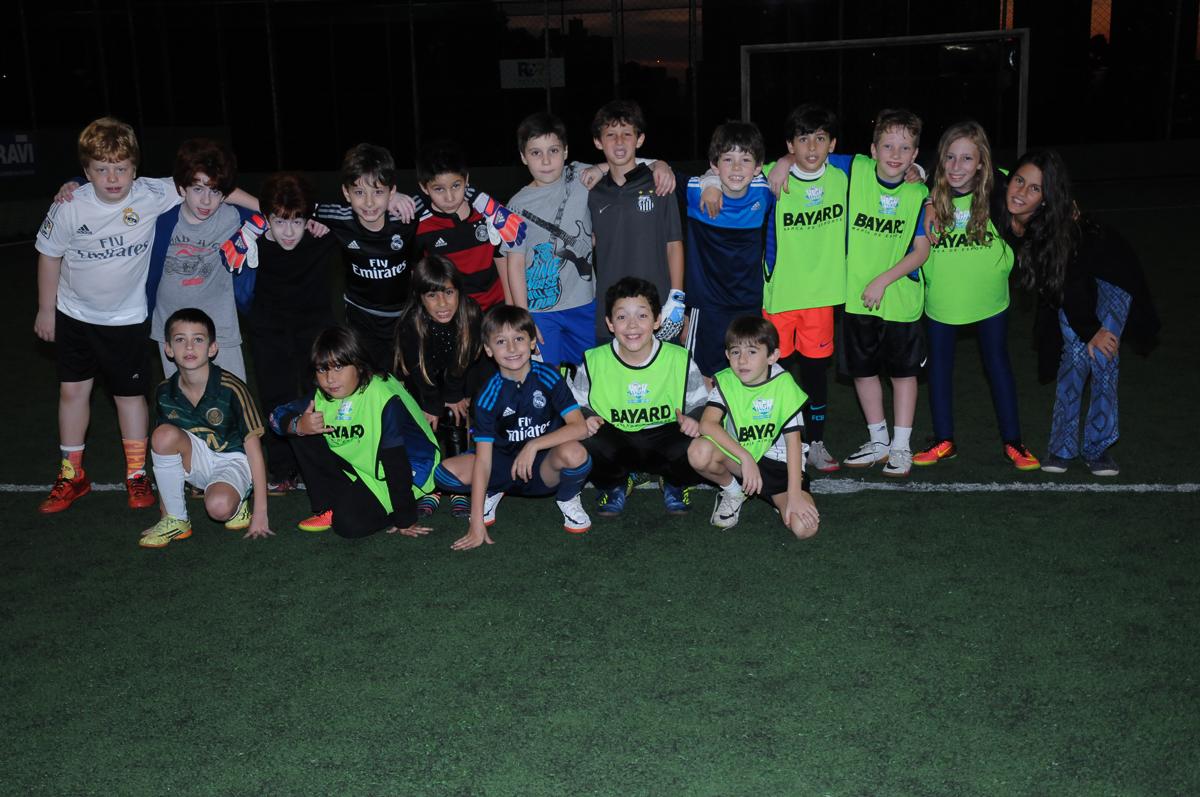 Fotografia de pose de jogadores no campo de futebol no High Soccer