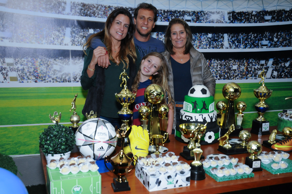 Fotografia da família na mesa decorada no Buffet High Soccer