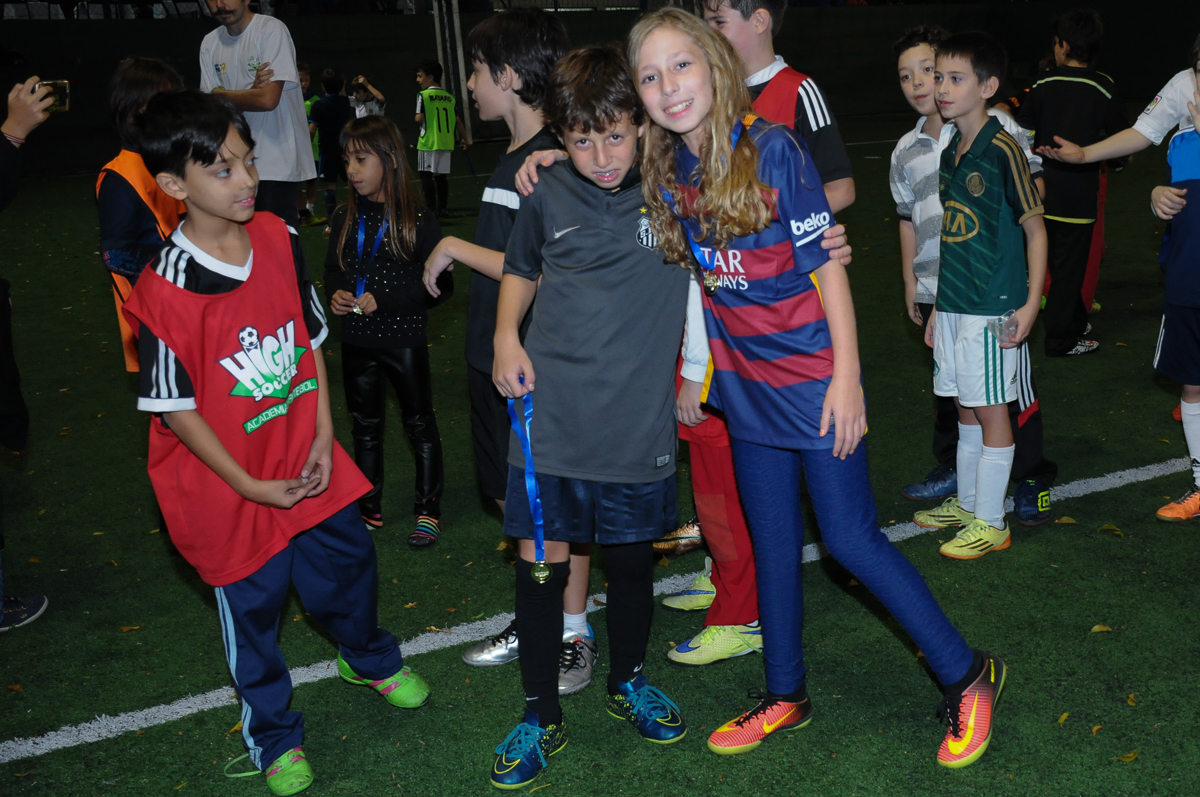 Fotografia do aniversariante e irmã no campo de futebol no Buffet High Soccer