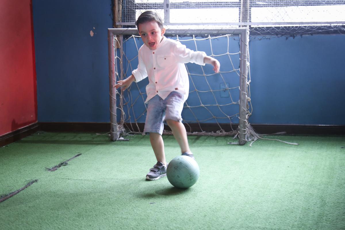 preparando para fazer gol no jogo de futebol