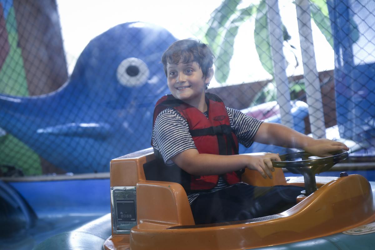 brincando no barco aquático