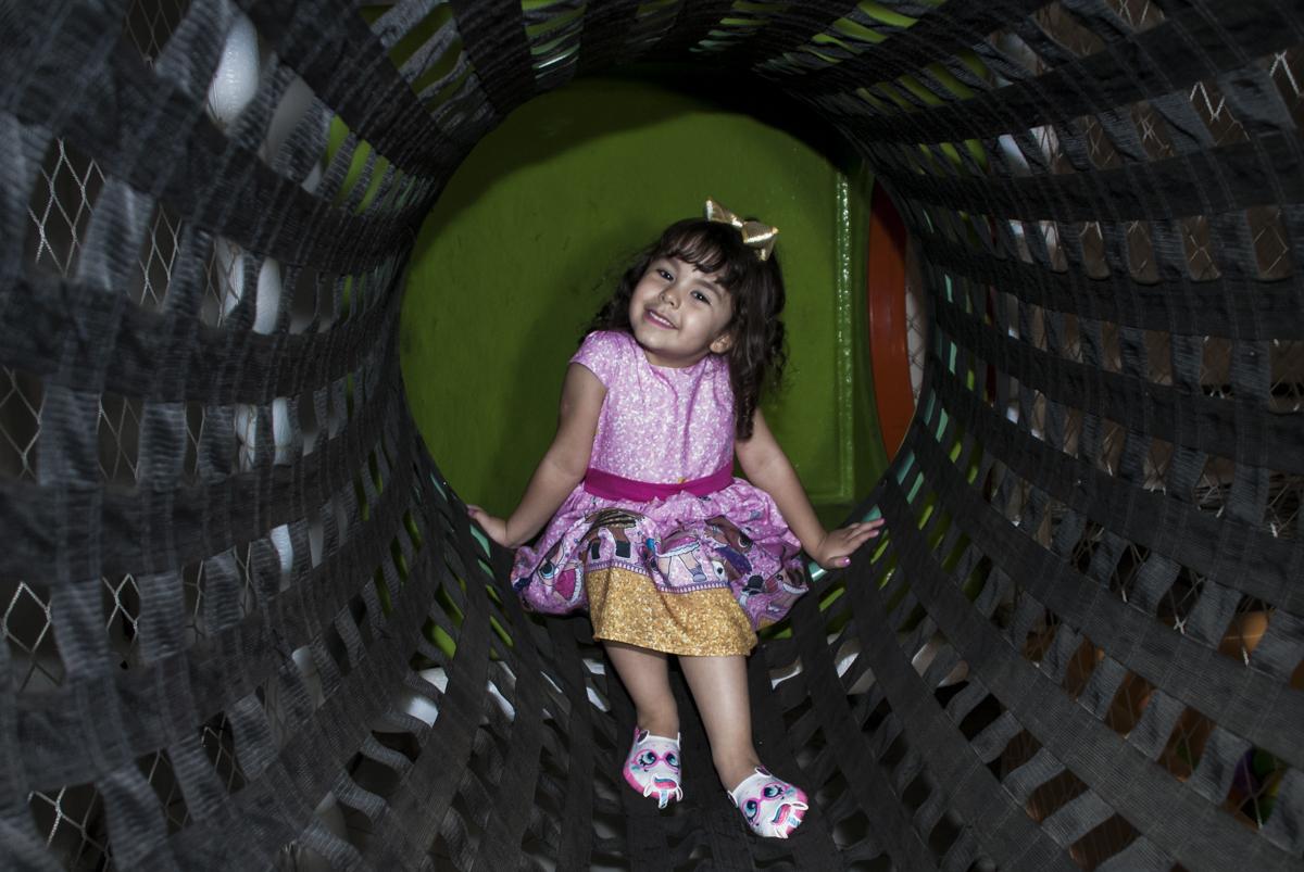 linda na foto no túnel do brinquedão