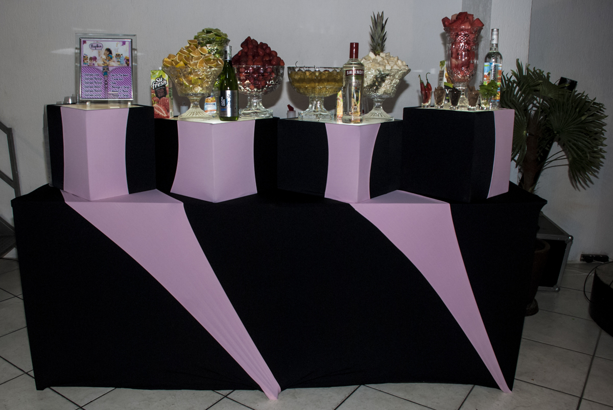 mesa de frutas e drinks