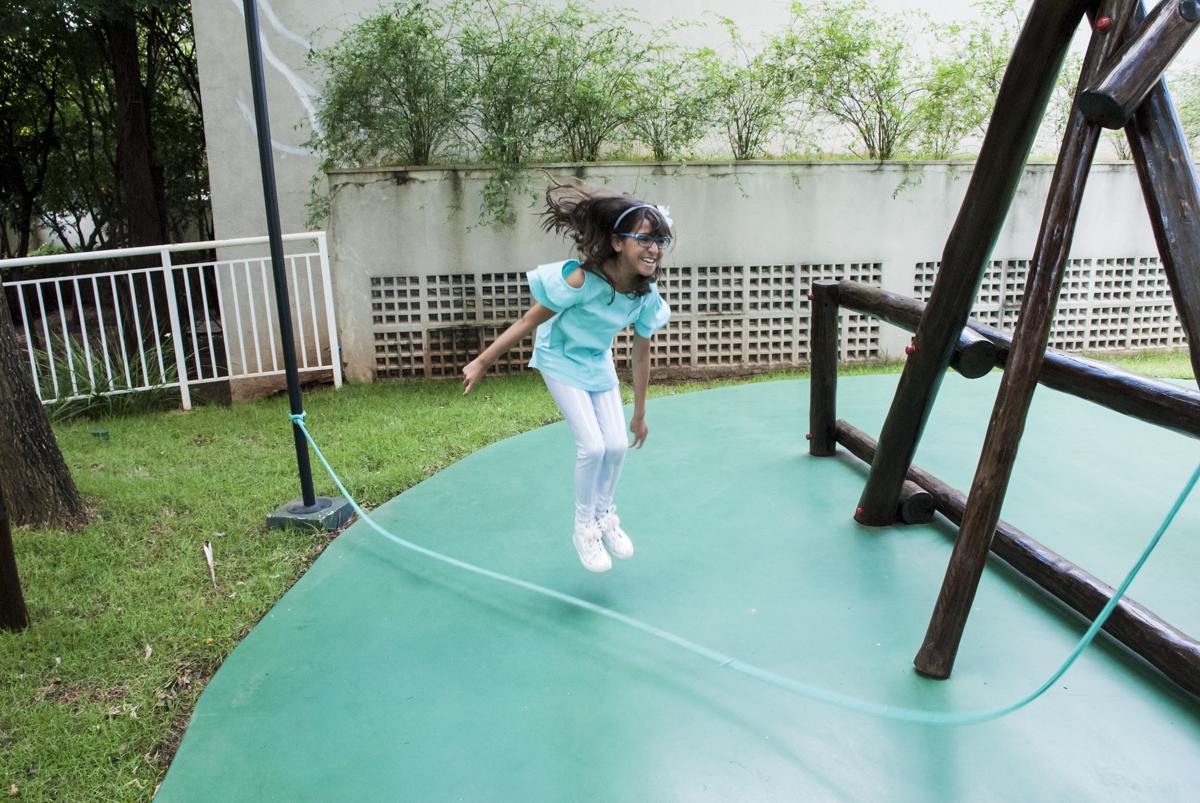 pulando corda com os amigos