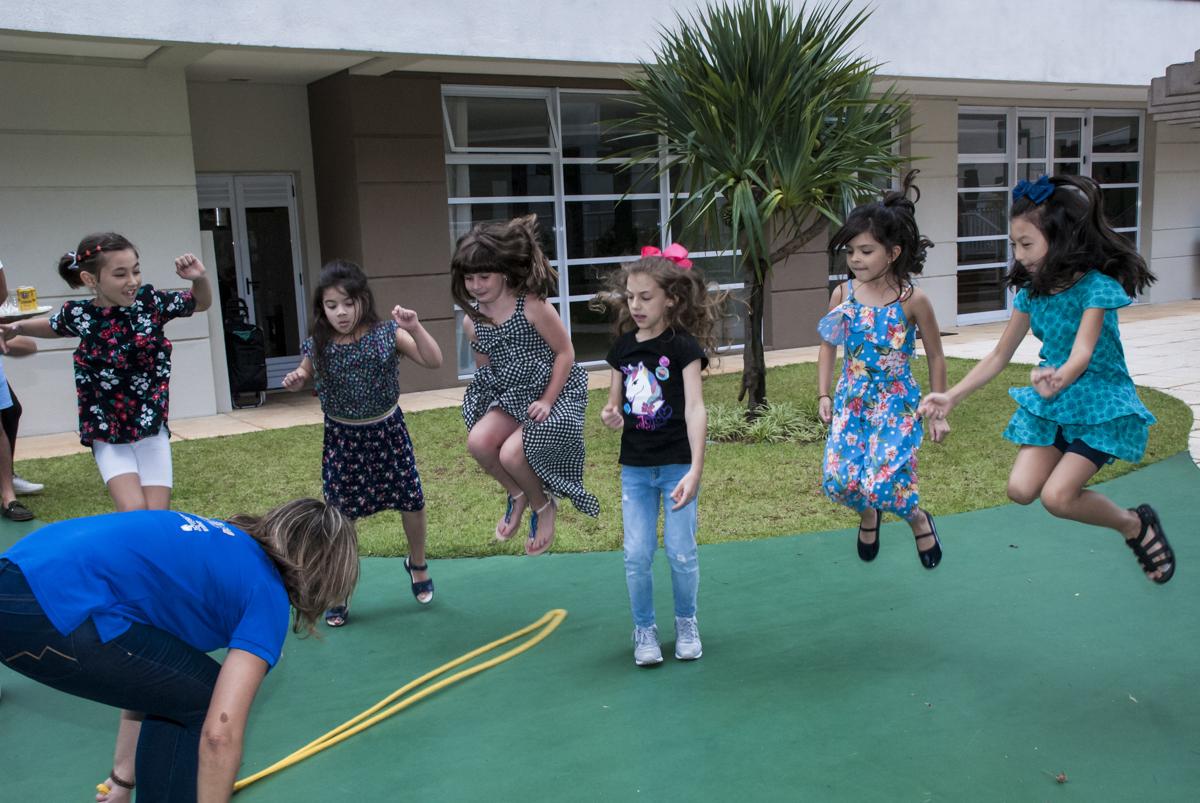 fila de crianças para pular corda