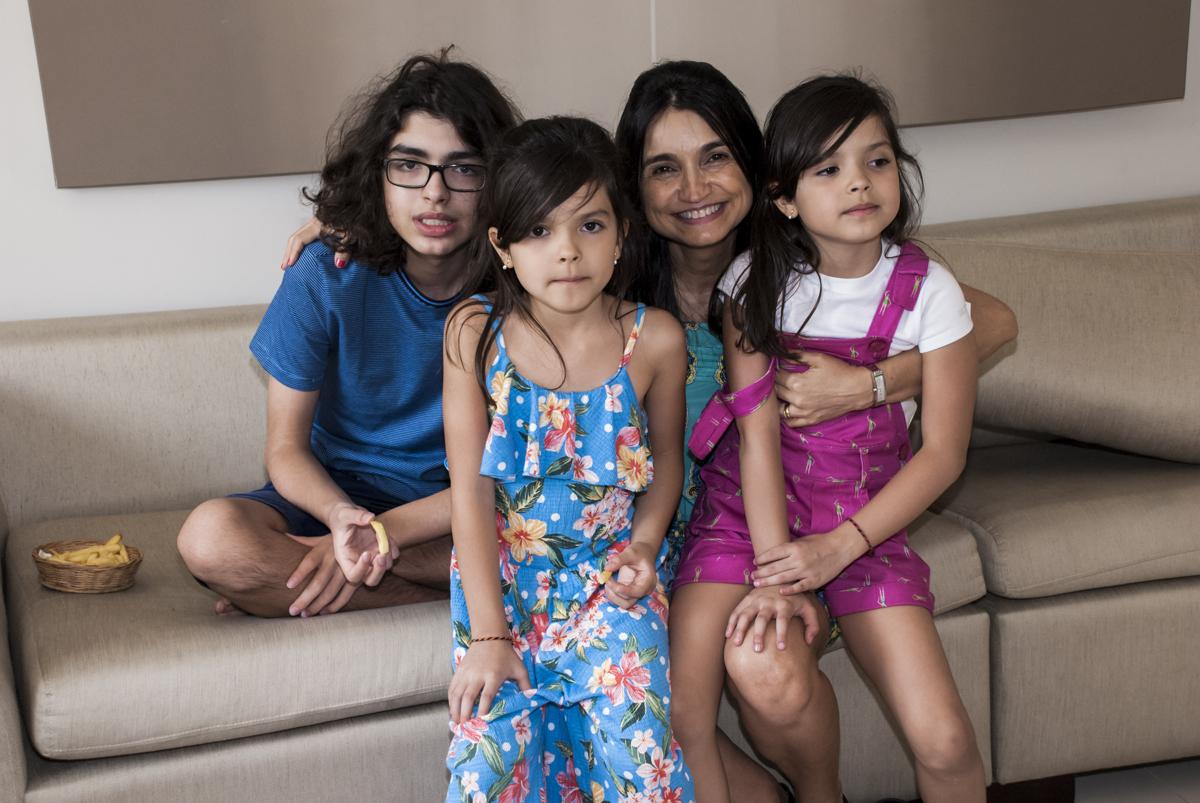 mãe e os filhos juntos
