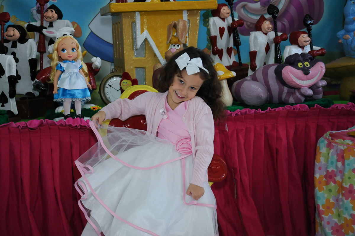 Foto da aniversariante na mesa Alice no País no Buffet Magic Joy