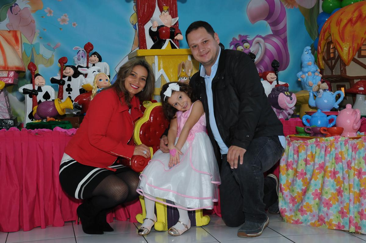 Foto da família na mesa Alice no País das Maravilhas no Buffet Magic Joy