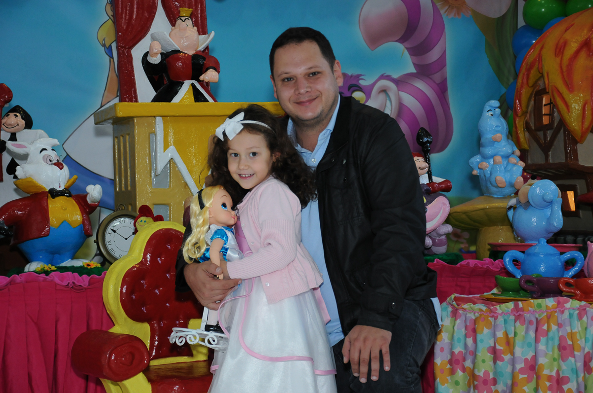 Foto da aniversariante com o pai mesa Alice no País das Maravilhas no Buffet Magic Joy