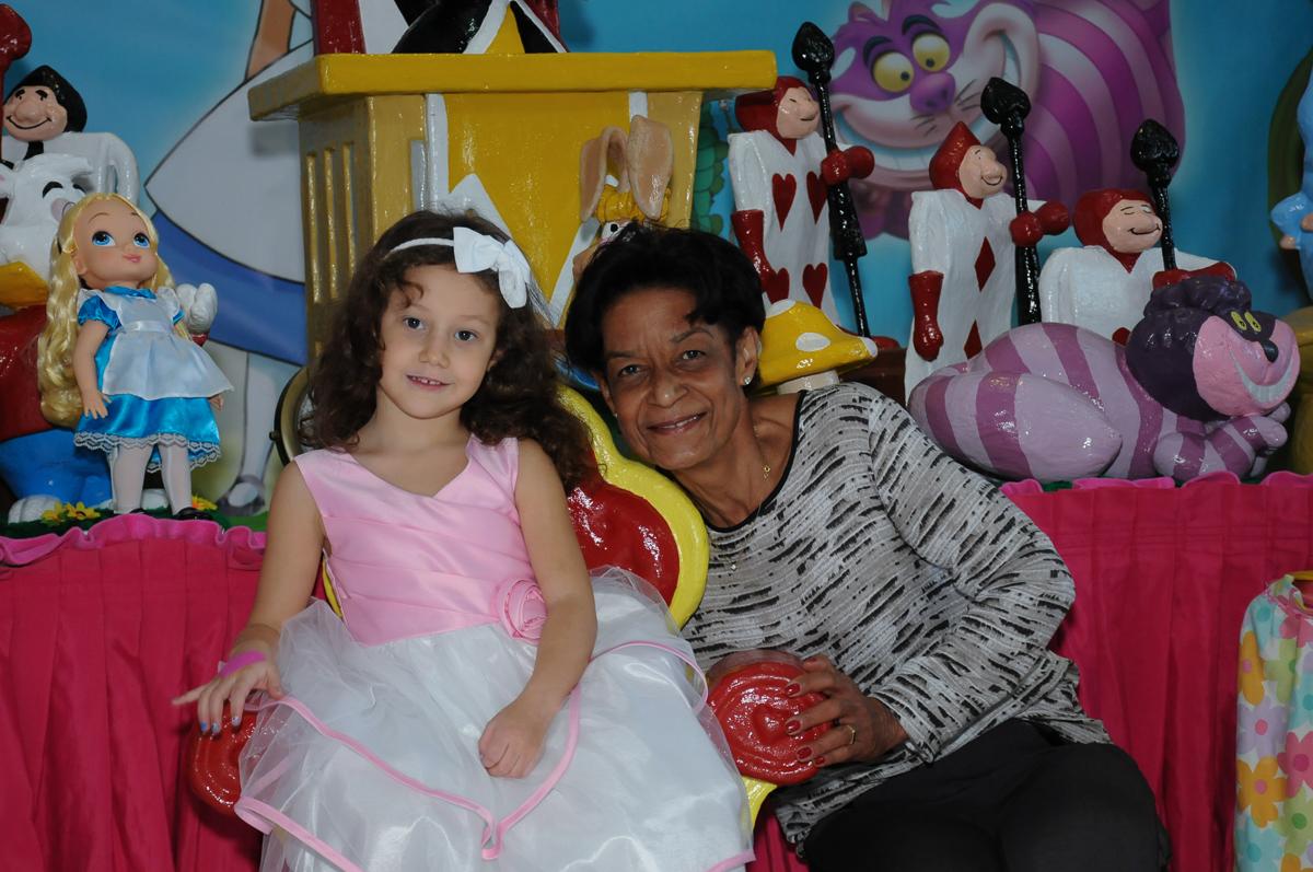 Foto da aniversariante com a vó na mesa Alice no País das Maravilhas no Buffet Magic Joy