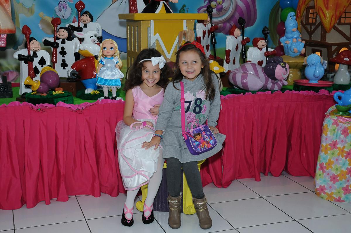 Foto da aniversariante e amiguinha na mesa Alice no País das maravilhas no Buffet Magic Joy