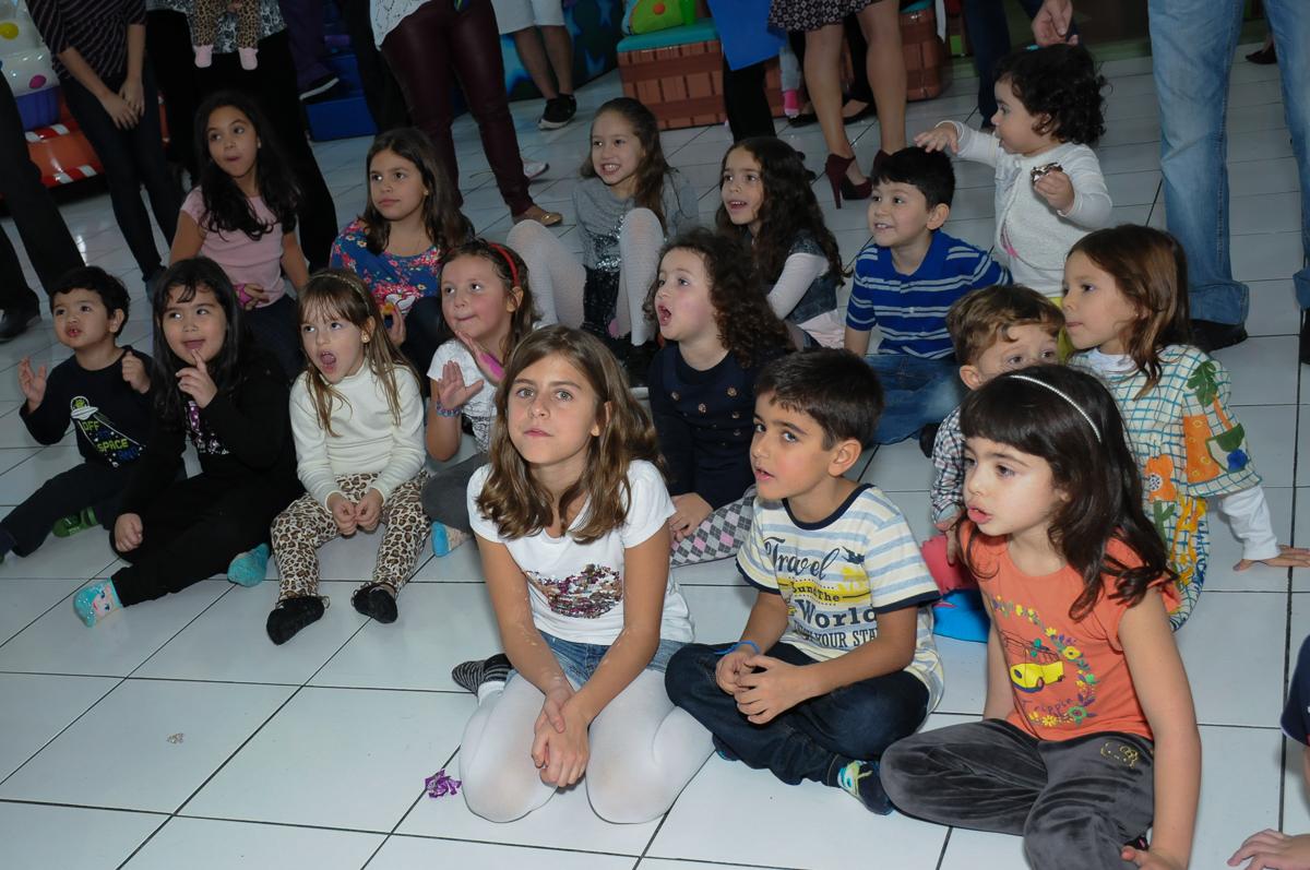 Fotografia das crianças assistindo teatrinho no Buffet Magic Joy