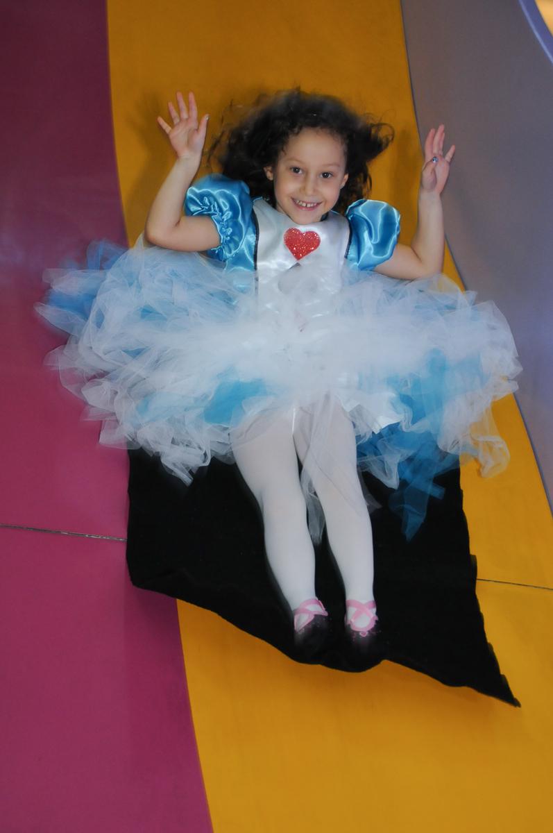 Fotografia da aniversariante no escorregador no Buffet Magic Joy