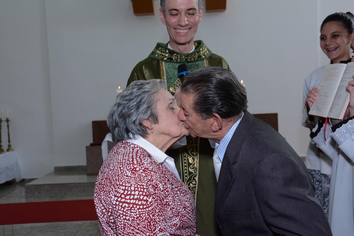 beijo do casal na Igreja Santa Gema Galgani, Osasco-SP