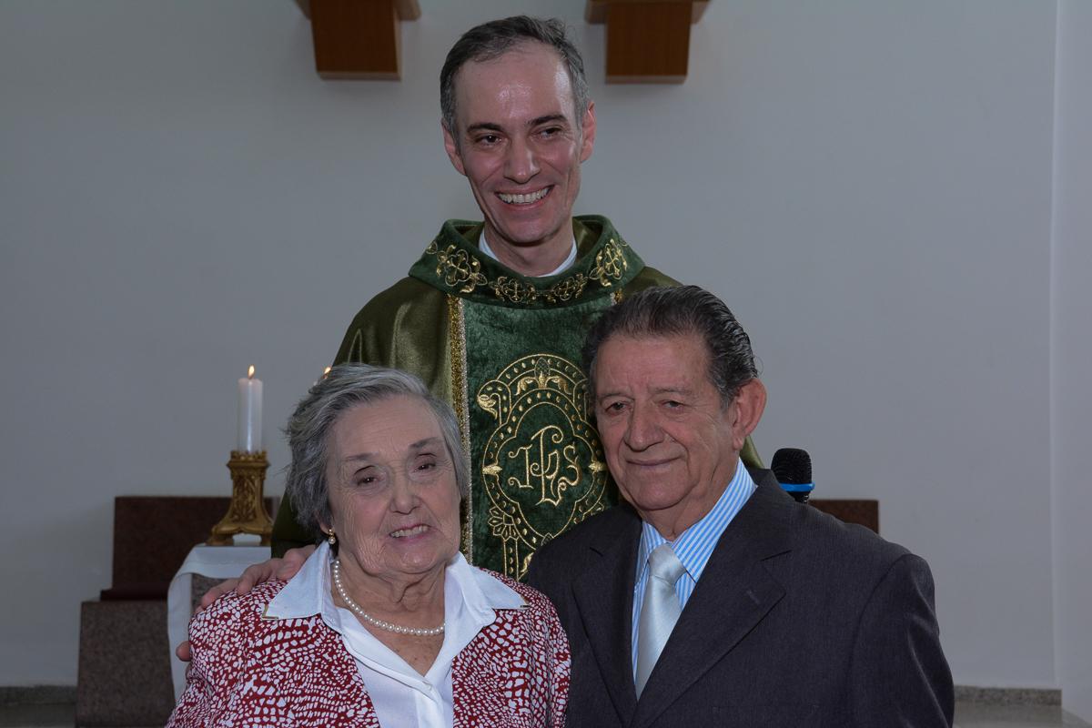 Foto do casal com o padre na Igreja Santa Gema Galgani, Osasco-SP