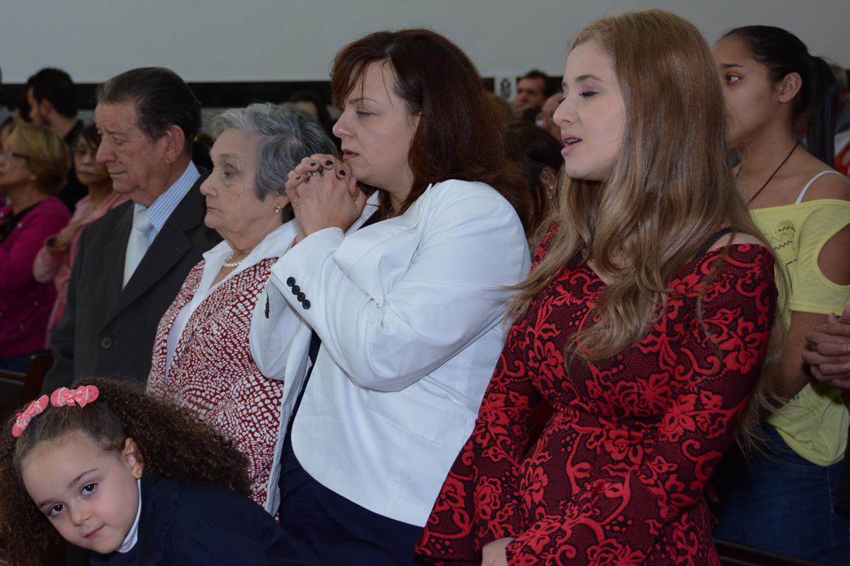 rezando na cerimônia do casal na Igreja Santa Gema Galgani, Osasco-SP