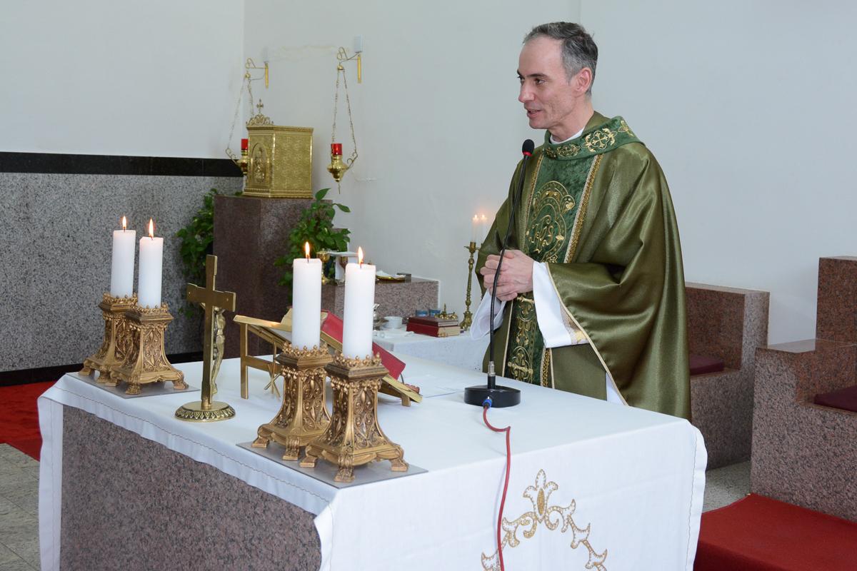 Padre finalizando a cerimônia de bodas de ouro na Igreja Santa Gema Galgani, Osasco-SP