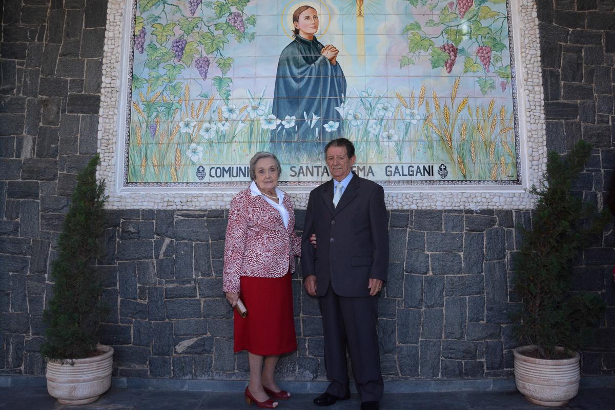 Foto do casal na frente da Igreja Santa Gema Galgani, Osasco-SP