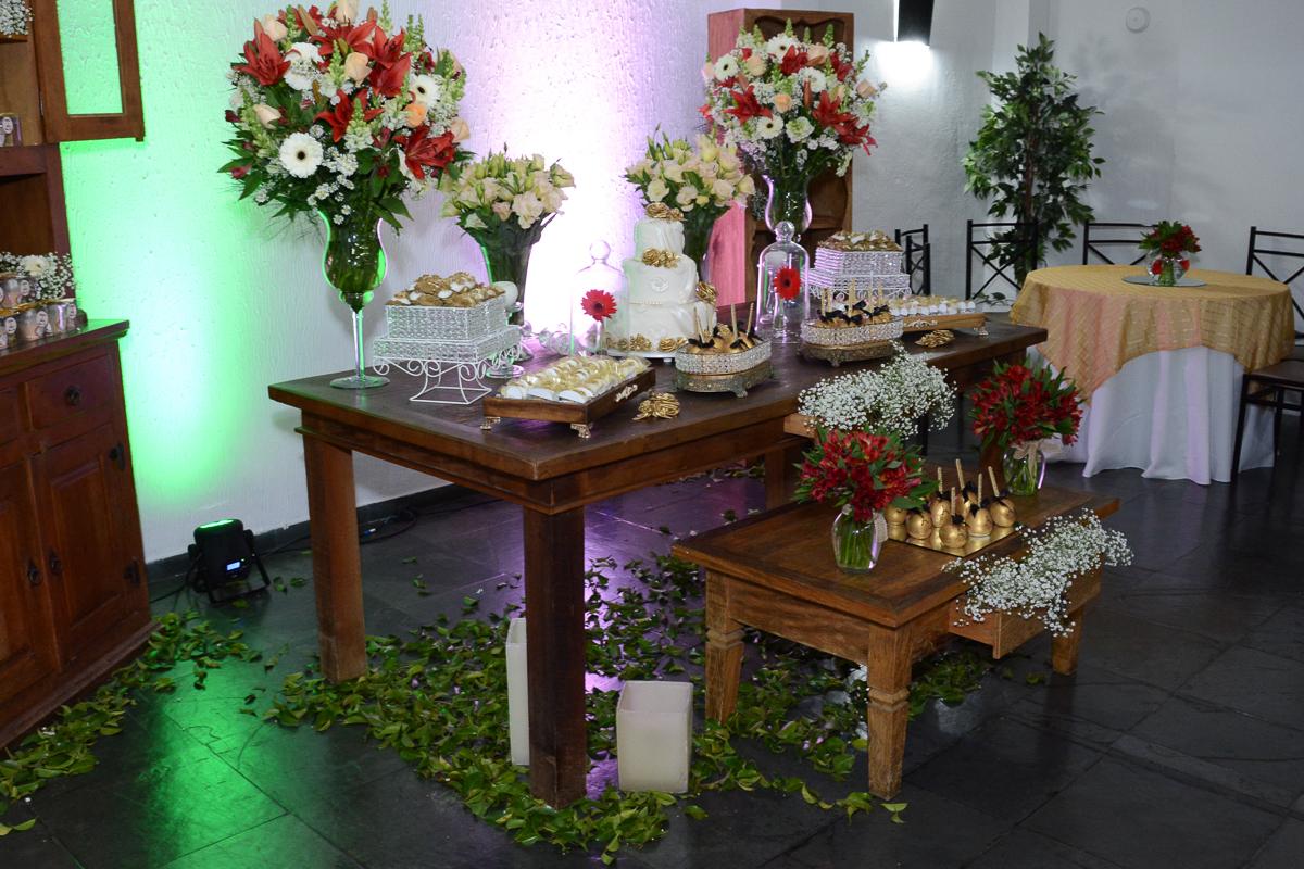 Mesa do bolo da festa de bodas de ouro no Igreja Santa Gema Galgani, Osasco-SP