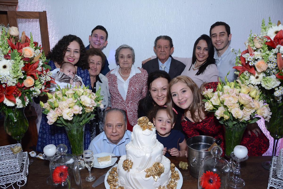 Fotografia da família em frente a mesa do bolo no Buffet Yumi, Osaco- SP