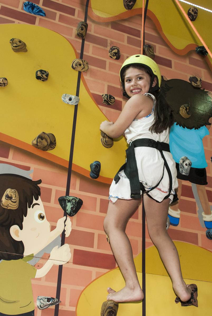 diversão na parede de escalada