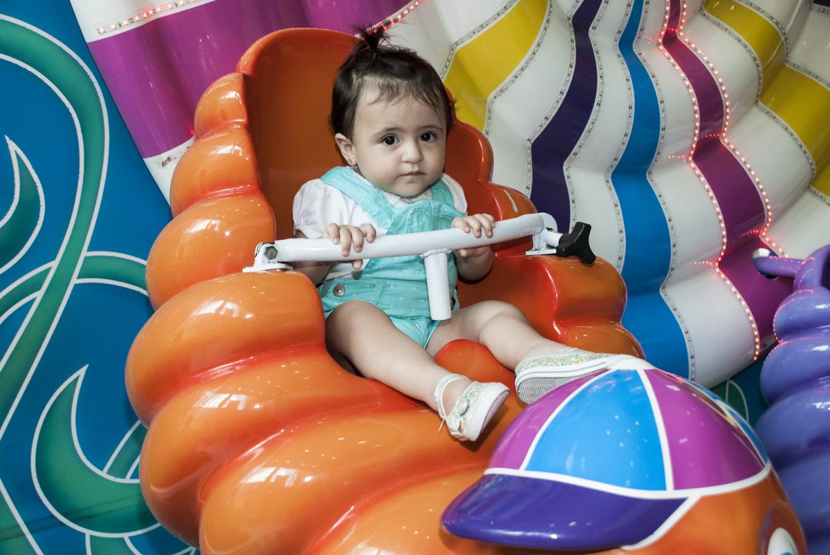 A bebê brinca no gira gira